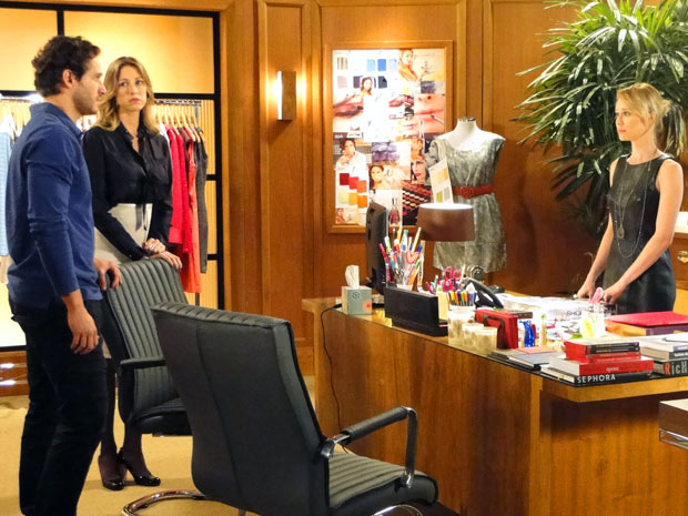 Fábio anuncia a Vânia e Juliana que está se separando de Manoela