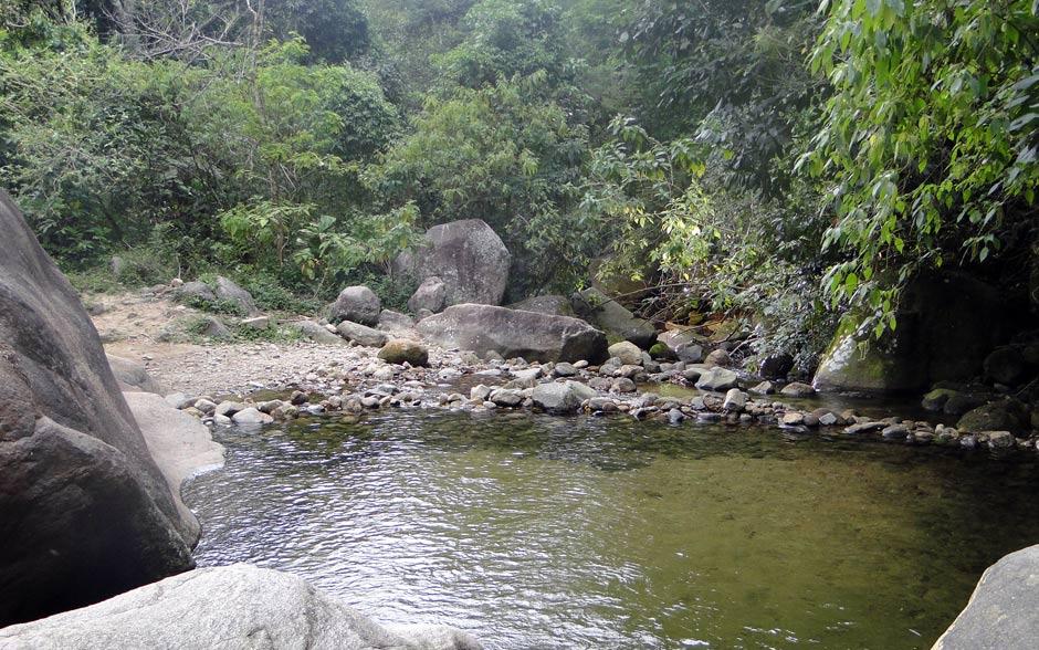Um delicioso lago à espera do casal no meio da mata