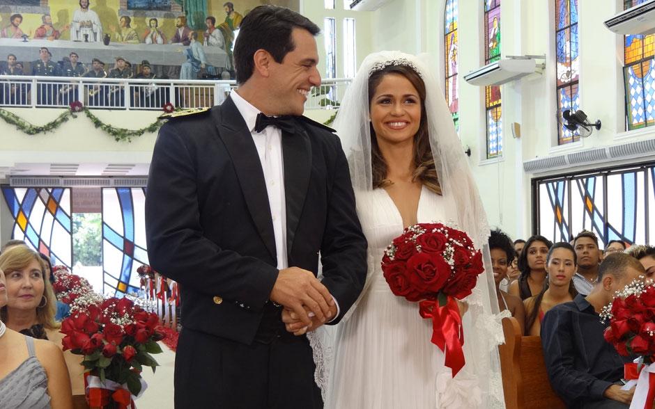 Morena usa vestido com frente grega e decote