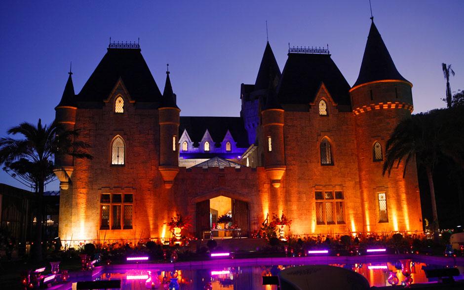 Do lado de fora do castelo Alcântara Pereira Barreto, a decoração conta com luzes na piscina (que mudam de cor) e holofotes