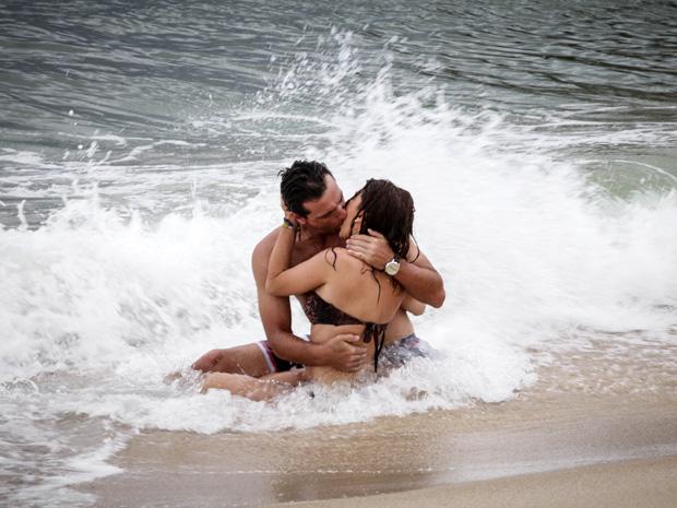 Márcia e Théo se beijam na praia