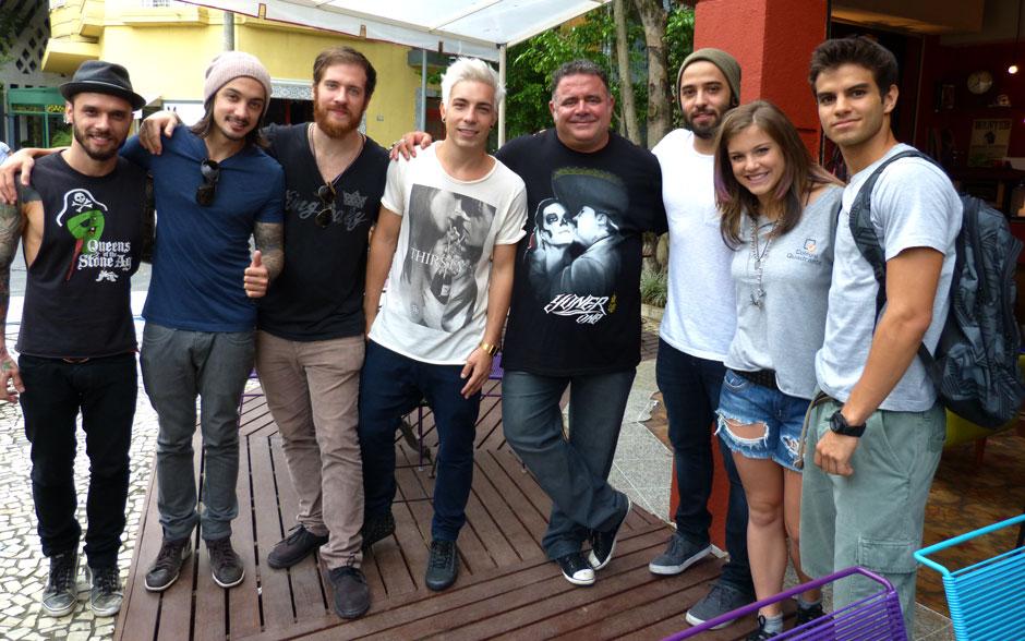 A banda posa para foto ao lado dos atores Léo Jaime, Alice Wegmann e Daniel Blanco, antes da gravação