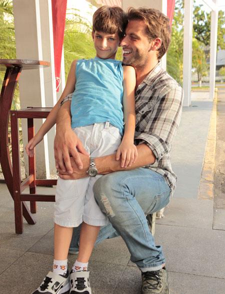 Henri Castelli levou o filho para assistir à estreia de Flor do Caribe