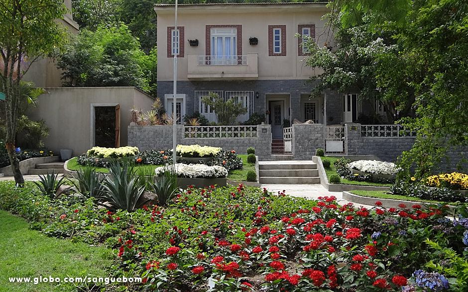 O que não falta neste bairro são portas de casas abertas e muita, muita cor nos jardins