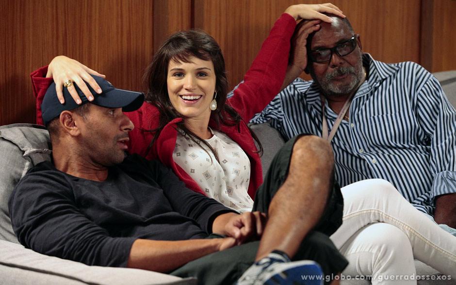Simpatia! Bianca Bin posa entre o operador de câmera Alexandre Tavares e o assistende de estúdio Marcos Damiano