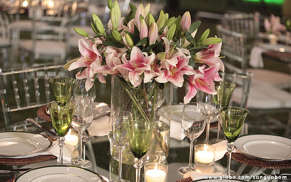 As flores trazidas por Bento fizeram sucesso. Olha só que luxo esse arranjo na mesa