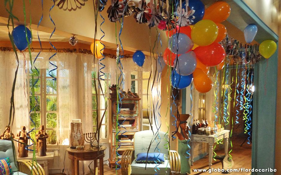 Enfeite a casa com balões e fitinhas coloridas