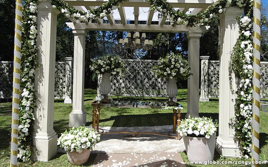 O altar montado nos jardins da casa de Bárbara Ellen para o casório exibe flores em abundância. Puro romantismo!