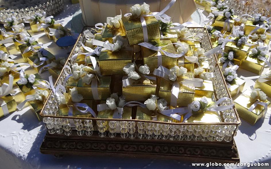 Casamento sem bem-casado não dá! O tom escolhido para as embalagens dos doces foi o ouro. A cara da riqueza, a cara da Amora!