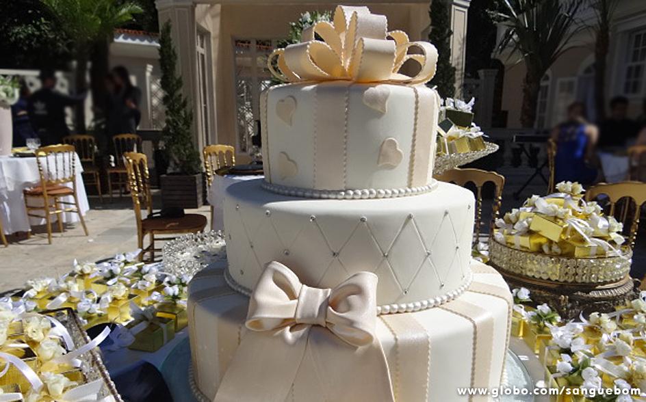 Seguindo uma das tendências do momento, o topo do bolo não tem bonequinhos. No lugar deles, um belo laço rosa