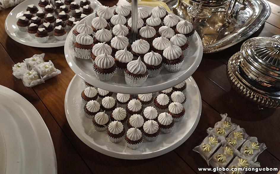 Mini cupcakes de chocolate com suspiro em cima foram um dos mimos que decoravam a mesa de doces