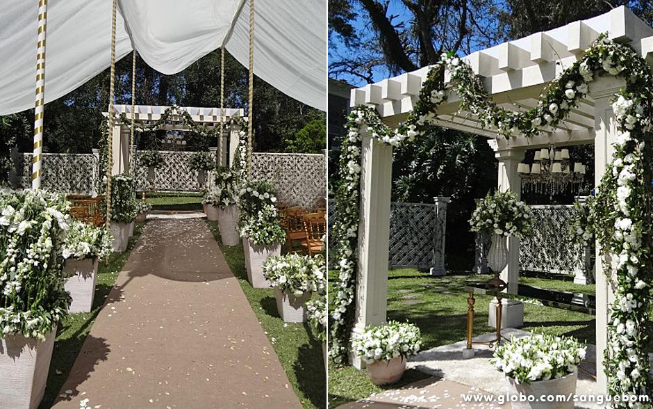 Olha esse caminho para o altar cheio de pétalas no chão que lindo! À direita, detalhe do altar