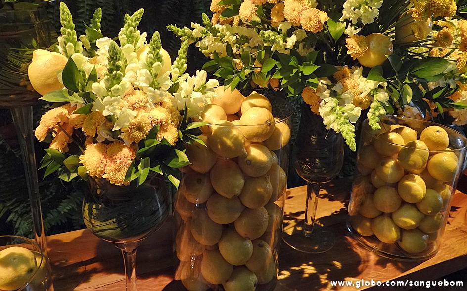 Olha que original esses limões fazendo as vezes de decoração nos vasos transparentes!