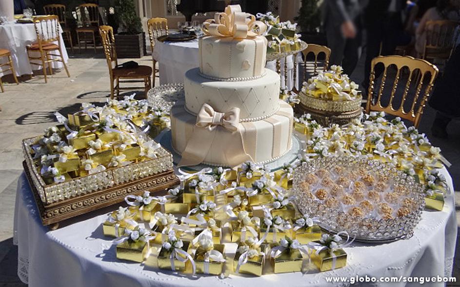 Esta mesa de doces está de babar! Tem bem-casado, bolo e delícias para todos os gostos