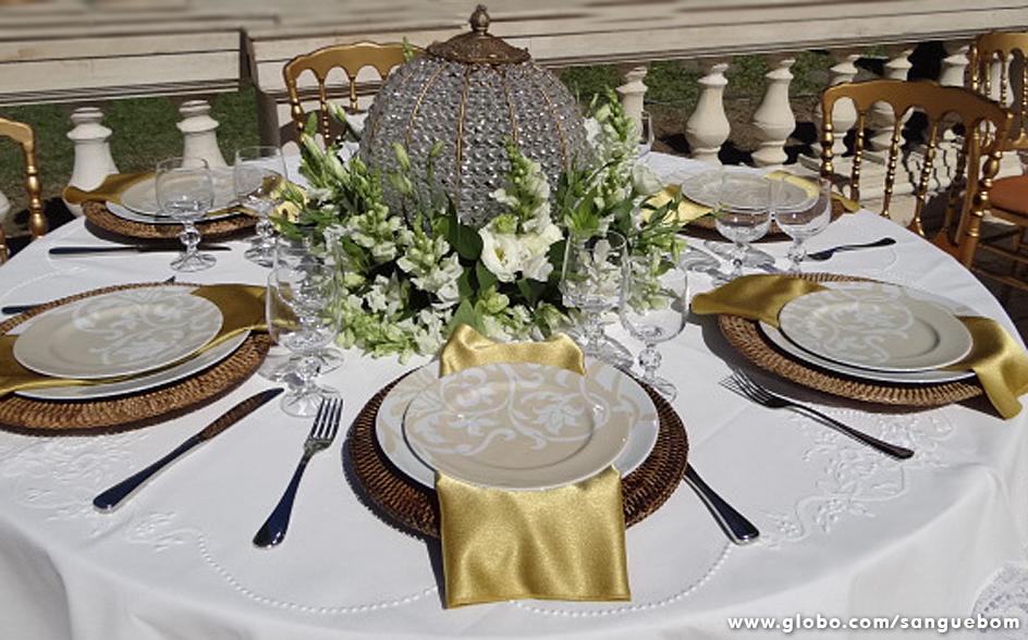 Já nesta mesa o centro é ocupado por um discreto arranjo de flores. O glamour fica por conta do enfeite de cristal. Um luxo só!