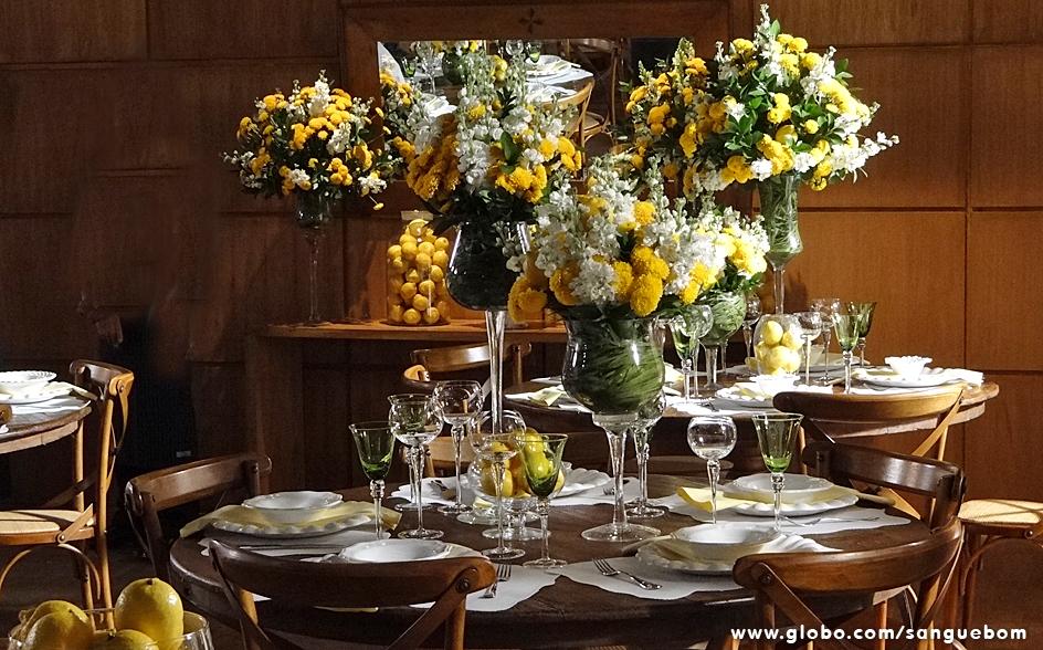 Estas mesas são um deslumbre de tão lindas e modernas com as flores em amarelo e os longos vasos decorando. Arraso total!