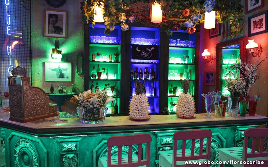 Para a recepção do casório, o bar Flor do Caribe também ganhou uma decoração especial, com flores e jogo de luzes