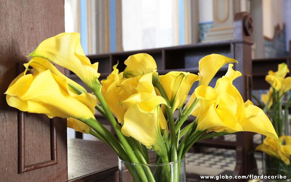 Na igreja, os arranjos foram feitos com copos de leite amarelos