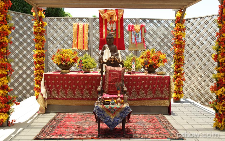 Altar com a imagem de Buda no centro. A imagem representa o Buda Shakiamuni, que alcançou a iluminação há 2.600 anos