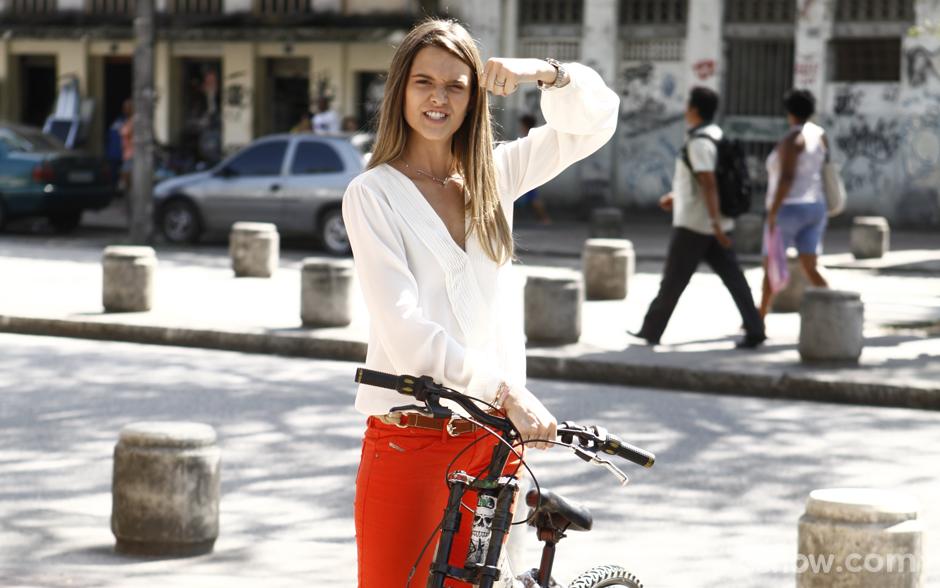 Só no muque! Juliana Paiva mostra sua força e carrega bicicleta durante gravação