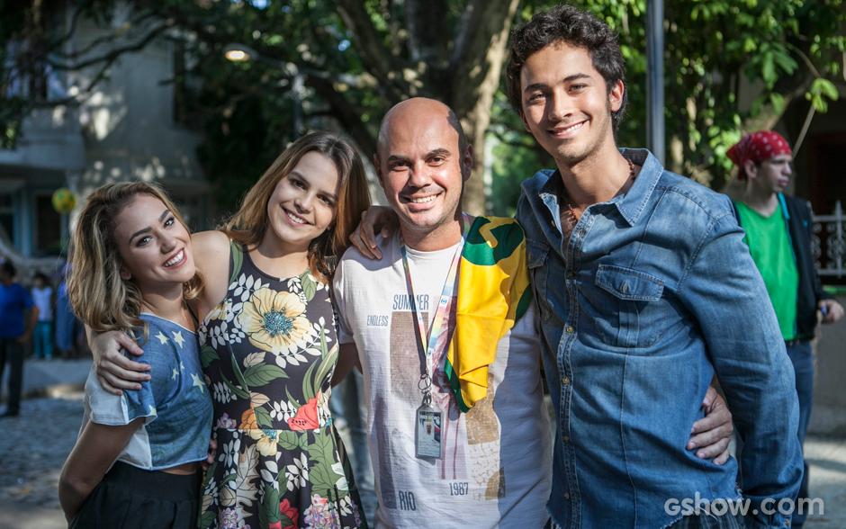 Chrysti, Bianca e Falcão tiram foto com Fabinho, assistente de produção de Malhação