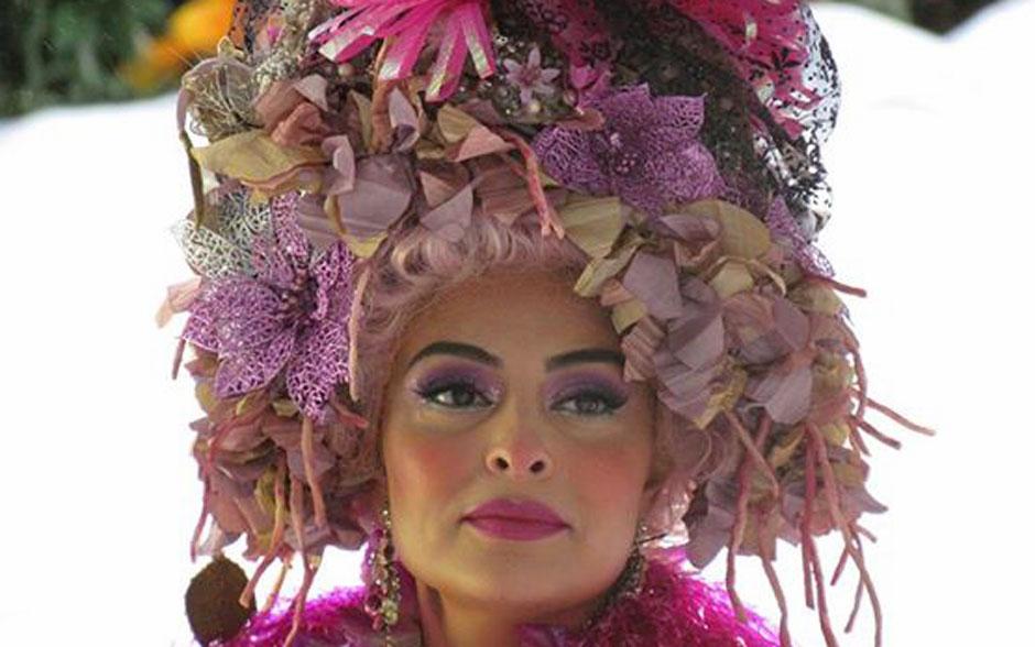 Juliana Paes com as maçãs bem rosadas, que marcam a caracterização dos personagens no inverno