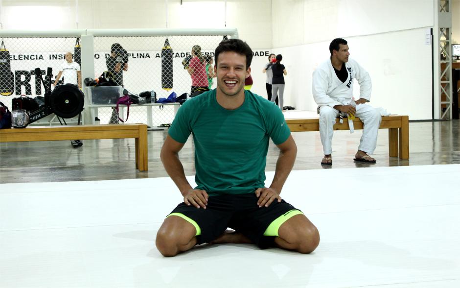 Nando posa no meio do tatame antes de começar os treinos de luta