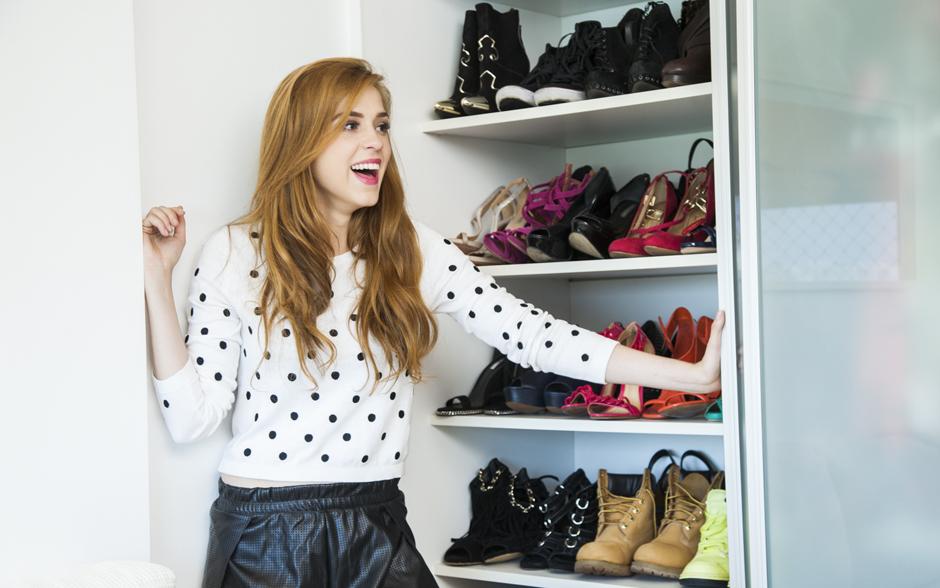 Diante da coleção de sapatos, Sophia mostra os pares que coleciona no Rio; a atriz tem outro armário em São Paulo, sua cidade natal