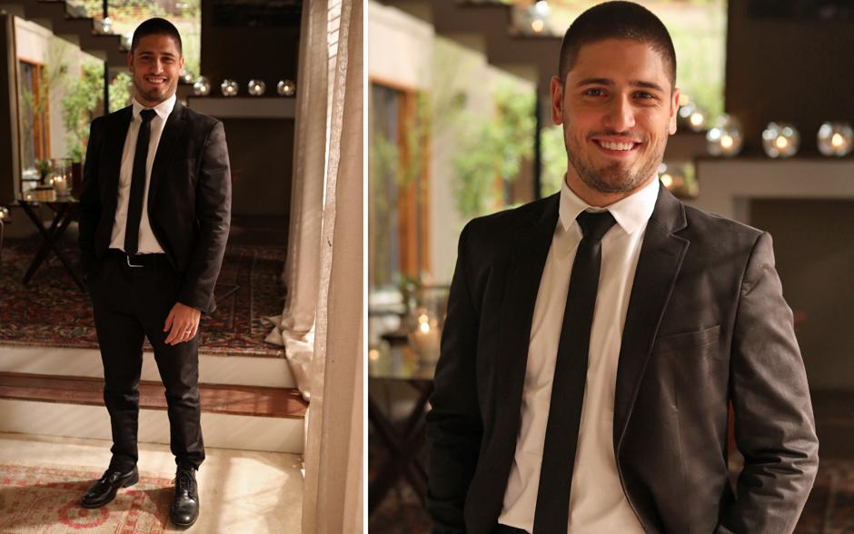 O noivo João Lucas (Daniel Rocha) optou pelo tradicional terno preto