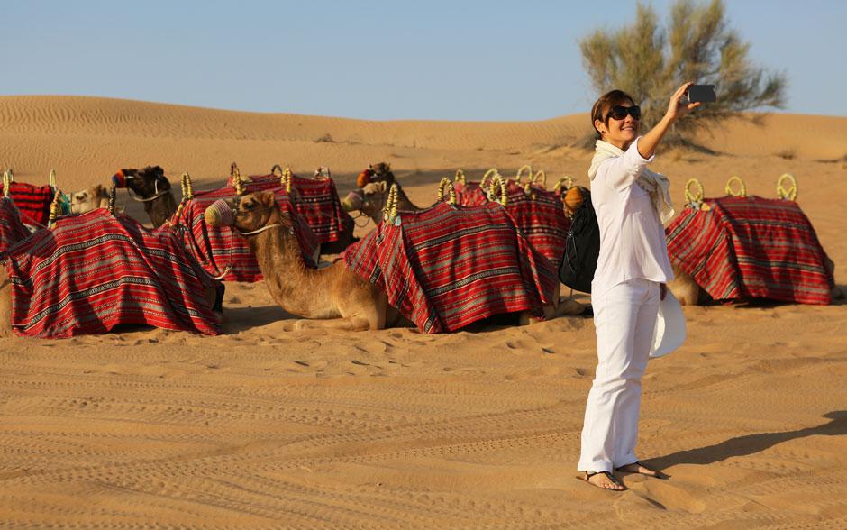 Adriana Esteves, uma das protagonistas de Babilônia, fotografa o deserto