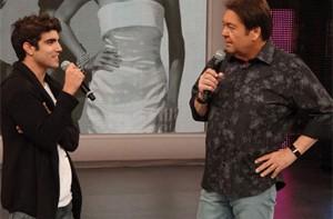 Caio Castro se diverte com as revelações dos amigos (Domingão do Faustão/ TV Globo)