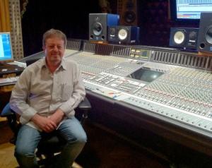 Produtor musical Luiz Carlos Maluly analisa vídeos de garagistas nesta sexta (Foto: Domingão do Faustão / TV Globo)