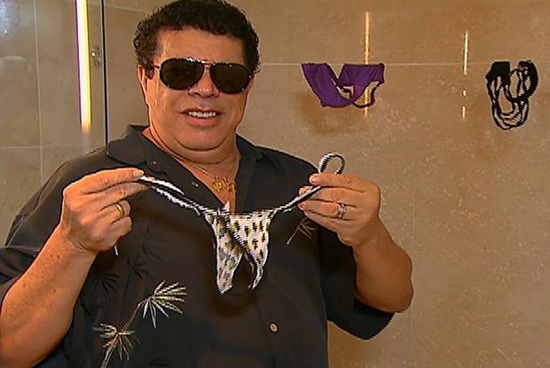 Wando acorda Coleguinhas e 'furta' calcinhas das beldades  (Foto: Caldeirão do Huck/ TV Globo)