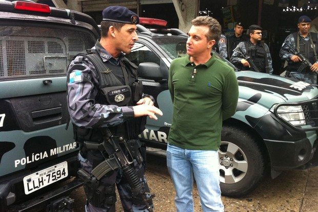 Huck conversa com tenente-coronel Fábio (Foto: Caldeirão do Huck / TV Globo)