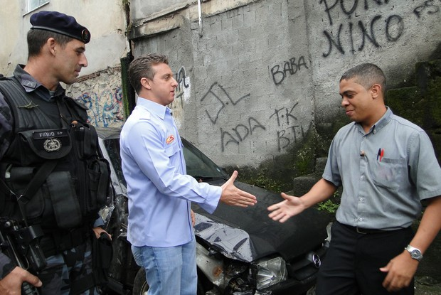 Luciano Huck captura Calixto, morador do Vidigal (Foto: Caldeirão do Huck / TV Globo)