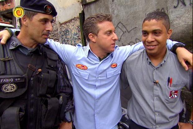 Coronel Fábio, Luciano Huck e Calixto, na hora do anúcio do Lata Velha (Foto: Caldeirão do Huck / Divulgação TV Globo )