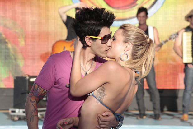 Karen e Gustavo Lima se beijam e confirmam que estão namorando