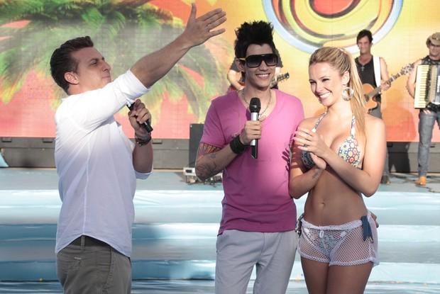Karen sorri ao lado de Gusttavo Lima no Caldeirão do Huck em Fortaleza