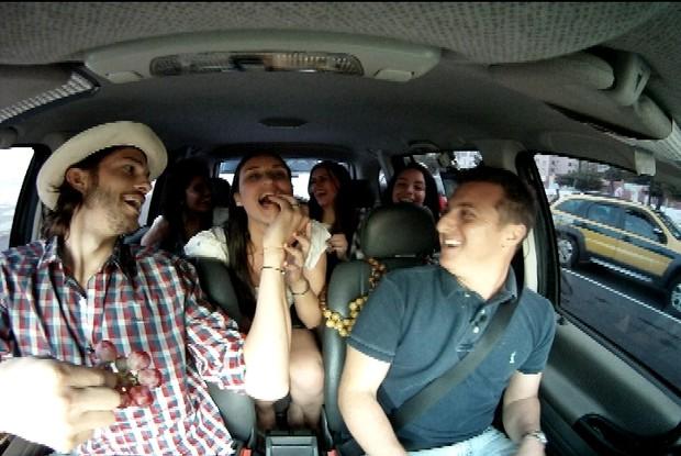 Ashton Kutcher dá uva na boca de passageira (Foto: Caldeirão do Huck/ TV Globo)