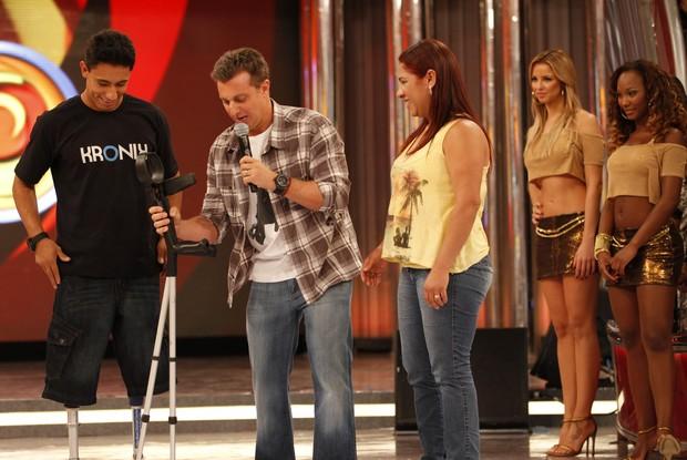 Ítalo mostra as novas próteses no palco do Caldeirão (Foto: Caldeirão do Huck/ TV Globo)