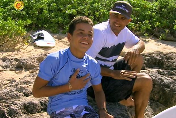 Naamã, do Cantagalo, com Kelly Slater, no Havaí (Foto: Caldeirão/TV Globo)