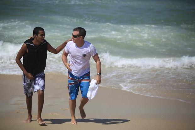 Carlos Burle, Huck e Derek conversam antes de entrarem no mar (Foto: Caldeirão do Huck / TV Globo)