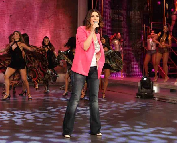 Laura Pausini entra no palco do Domingão cantando as músicas do seu novo CD (Foto: Domingão do Faustão/TV Globo)