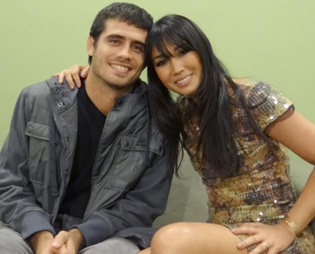 Fábio Novaes e a esposa Dani Suzuki (Foto: Domingão do Faustão /  TV Globo)