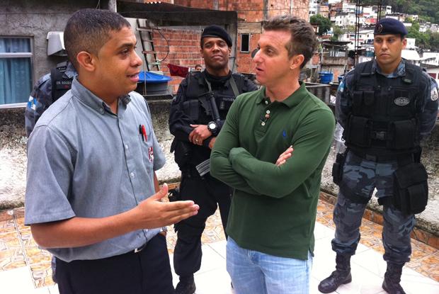 Calixto conversa com Luciano Huck na laje de sua casa  (Foto: Caldeirão do Huck / TV Globo)