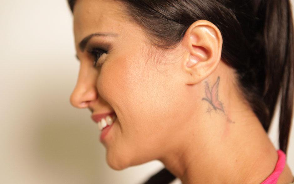 Leisiane Almeida exibe sua borboleta e não dispensa a chance de fazer novas tatuagens. Quando for mamãe, pretende homenagear o filho