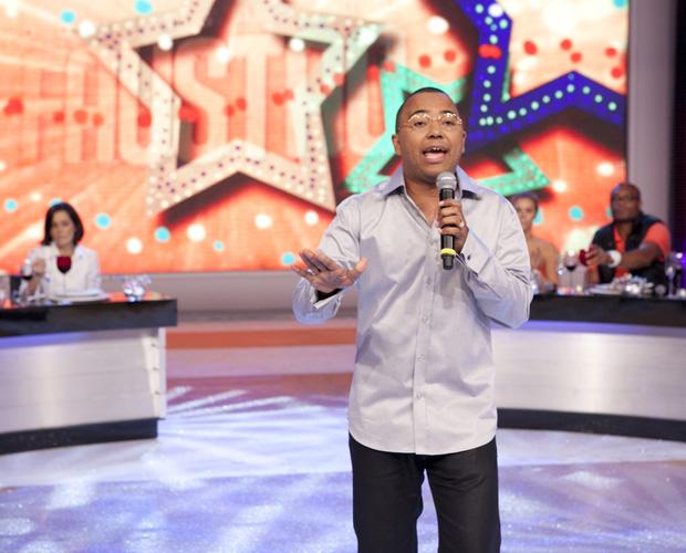 Dudu Nobre participa da pizza e canta sucessos no Domingão (Foto: Domingão do Faustão/ TV Globo)