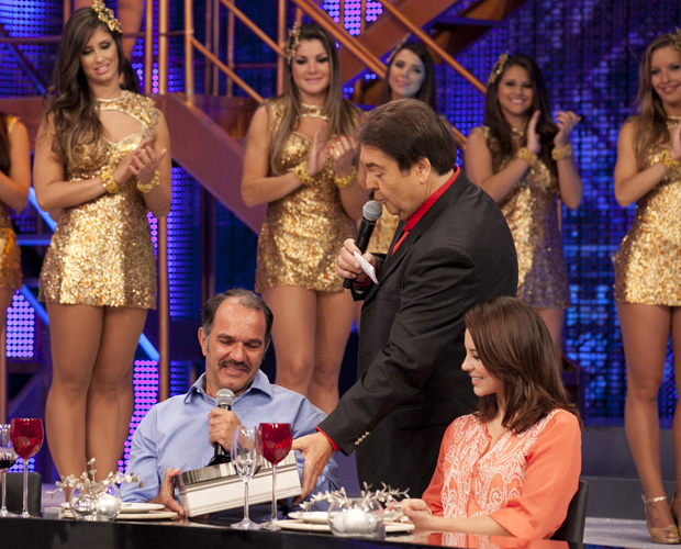 Humberto ganha a foto da família reunida (Foto: Domingão do Faustão/ TV Globo)