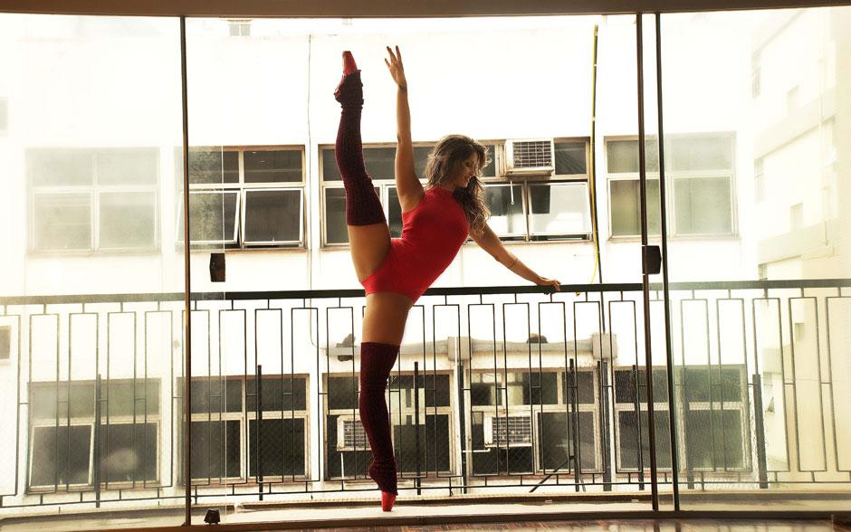 Além de linda e muito sensual, Carol Vieira tem muita flexibilidade! Afinal, a bela sabe tudo de dança, não é mesmo?