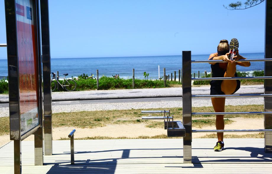 Antes e depois de correr, Juliana Valcézia alonga o corpo